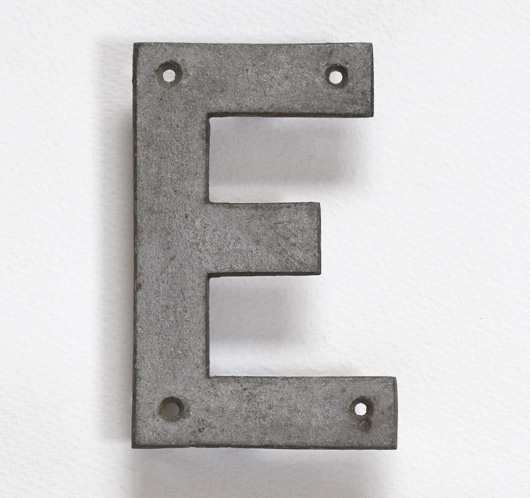 Stripped vintage metal sign letter 'E', 10.5cm