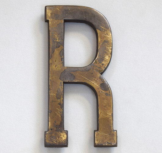 Early-1900s antique brass sign letter 'R', 18cm