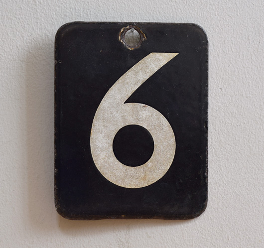 Double-sided enamel number plaque: 6 / 7