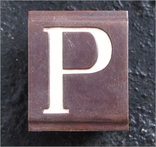 Small vintage enamelled brass door sign letter 'P'