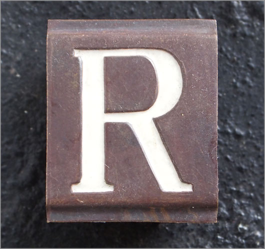 Small Victorian enamelled brass door sign letter 'R', c.1900