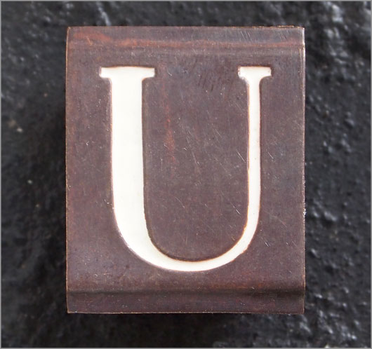 Small vintage enamelled brass door sign letter 'U'
