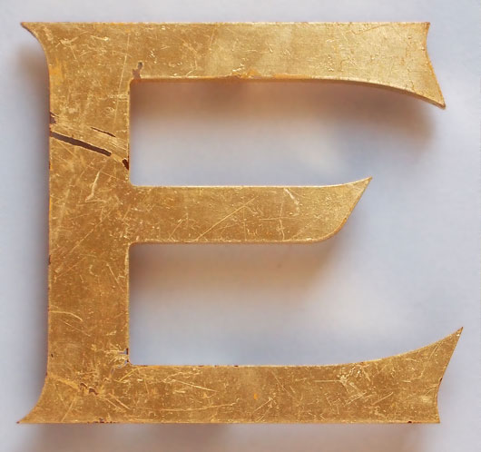 Gold-gilded perspex store sign letter 'E', 16.5cm