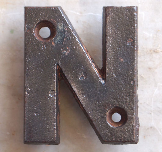 Victorian cast-iron railway sign letter 'N', 7.5cm