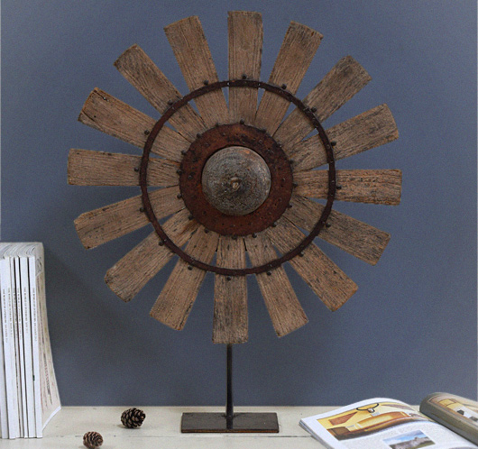 Antique 19th-century yarn spinning wheel on stand